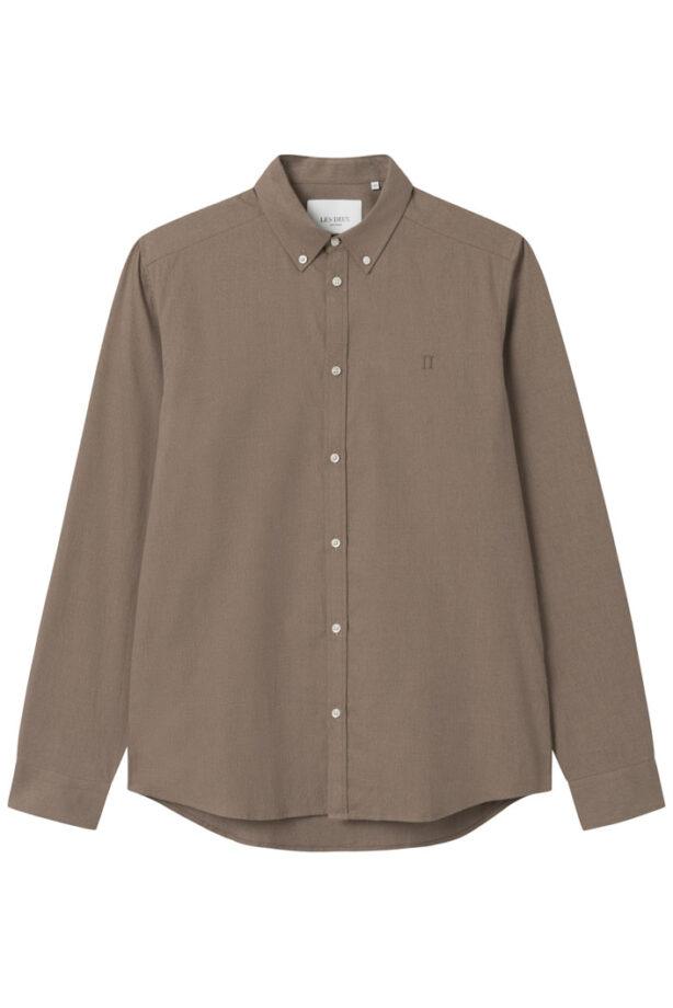 Denna skjorta från Les Duex kommer i en dämpade färg och är gjord av en lyxig bomullsmix med ett stänk av spandex för en mer stretchig känsla. Den avslappnade designen gör att den är perfekt att använda tillsammans med en vit T-shirt.
