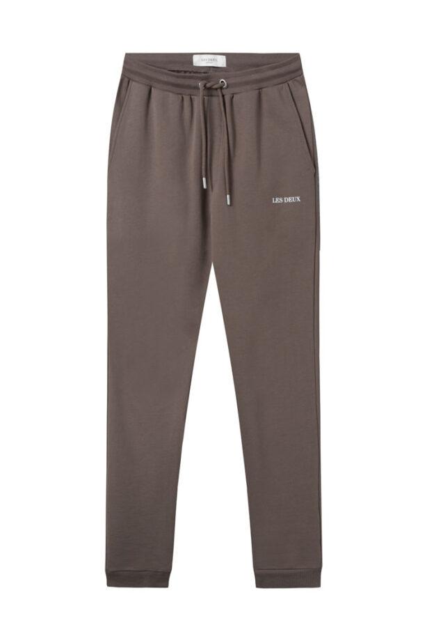 Ett avslappnat plagg som alla behöver i sin garderob - Les Duex Lens Sweatpants. Detta är ett fantastiskt tillskott till deras älskade Lens-produktlinje. Här ser du en subtil logo på ett par avslappnade byxor av supermjuk bomull, som säkrar både stil och komfort.